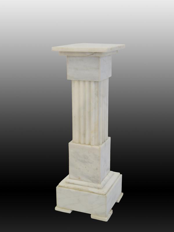 Marmorsäule im antiken Stil