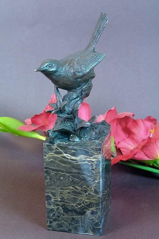 Bronzefigur eines Spatzen auf einem Blütenzweig