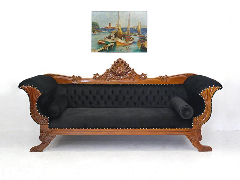 Massive Couch im antiken Stil