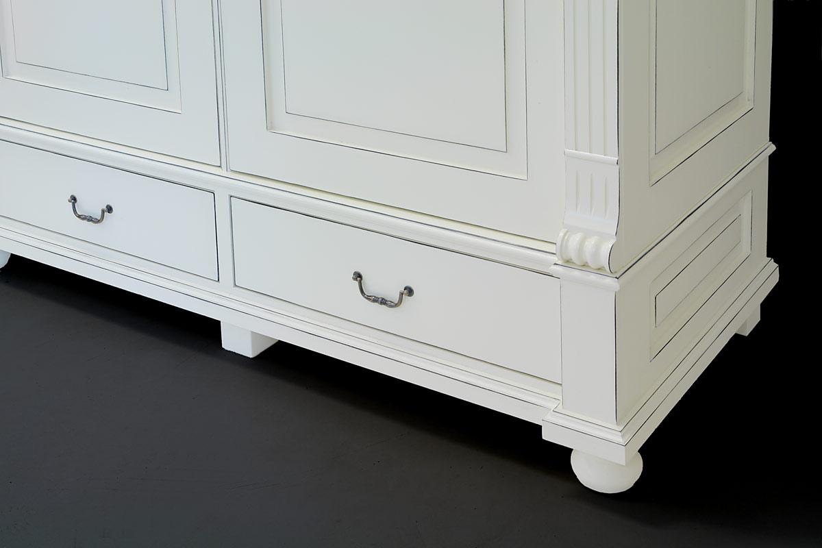 Der Schlafzimmerschrank hat im unteren Bereich zwei Schubladen