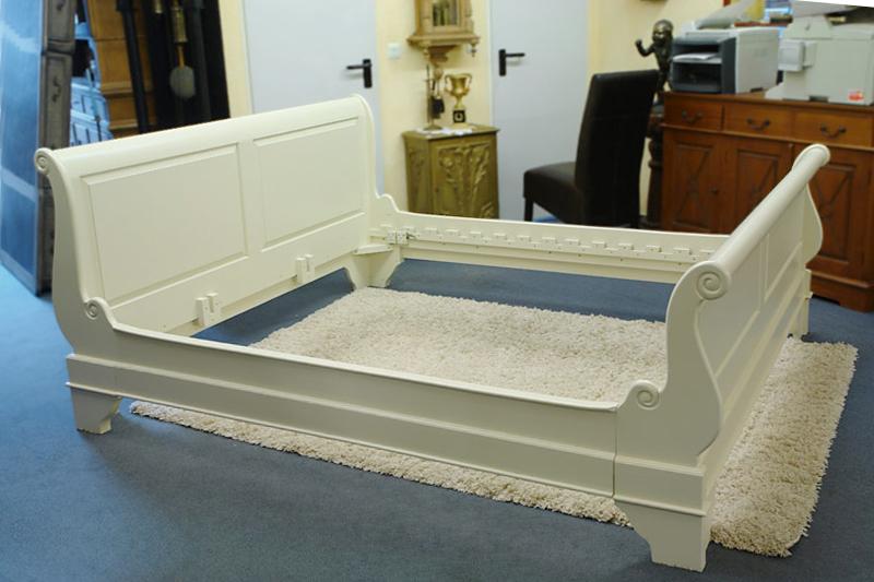 Doppelbett aus Massivholz in cremeweiß