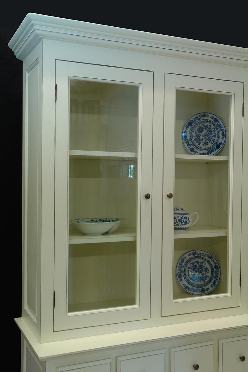 Im oberen Bereich ist der Küchenschrank mit zwei Einlegeböden ausgestattet
