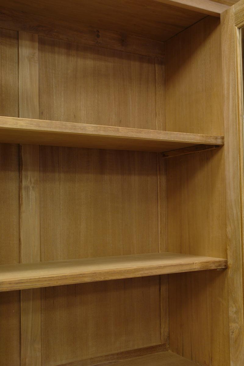 Im Inneren ist die Anrichte mit jeweils zwei durchgehenden Einlegeböden ausgestattet