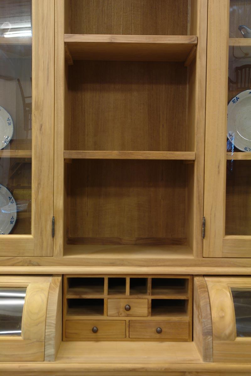 Mittig befinden sich zusätzlich drei kleine Schubladen mit sechs offen Fächern