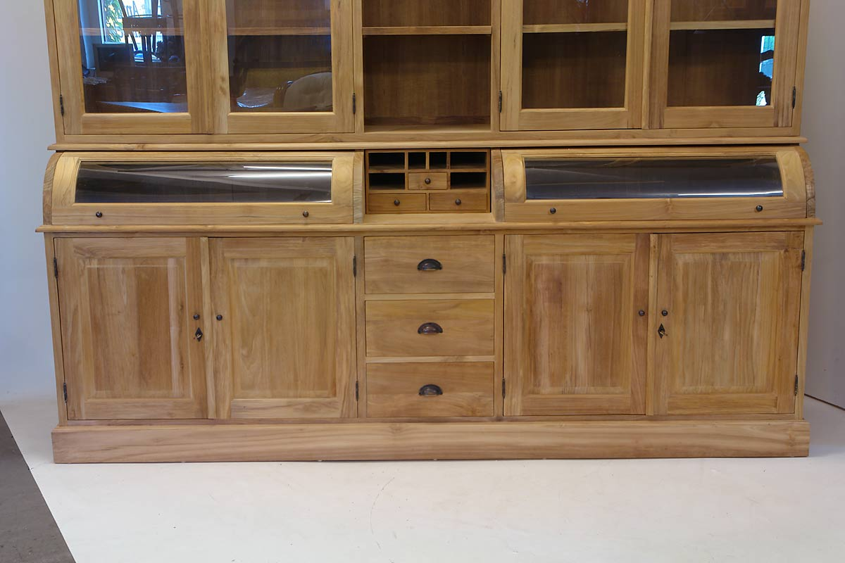 Im unteren Bereich ist der Schrank mit drei Schubladen und vier Türen ausgestattet
