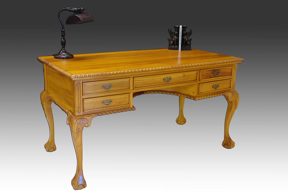 Eleganter Schreibtisch im antiken Stil
