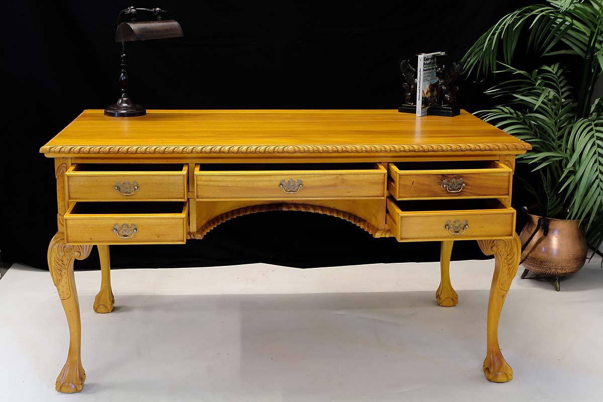 Fünf Schubladen bieten ausreichend Stauraum bei dem Sekretär