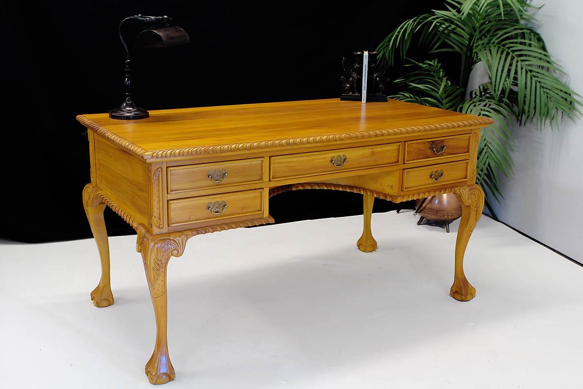 Das Büromöbel ist im Kirschbaumfarbton gefertigt