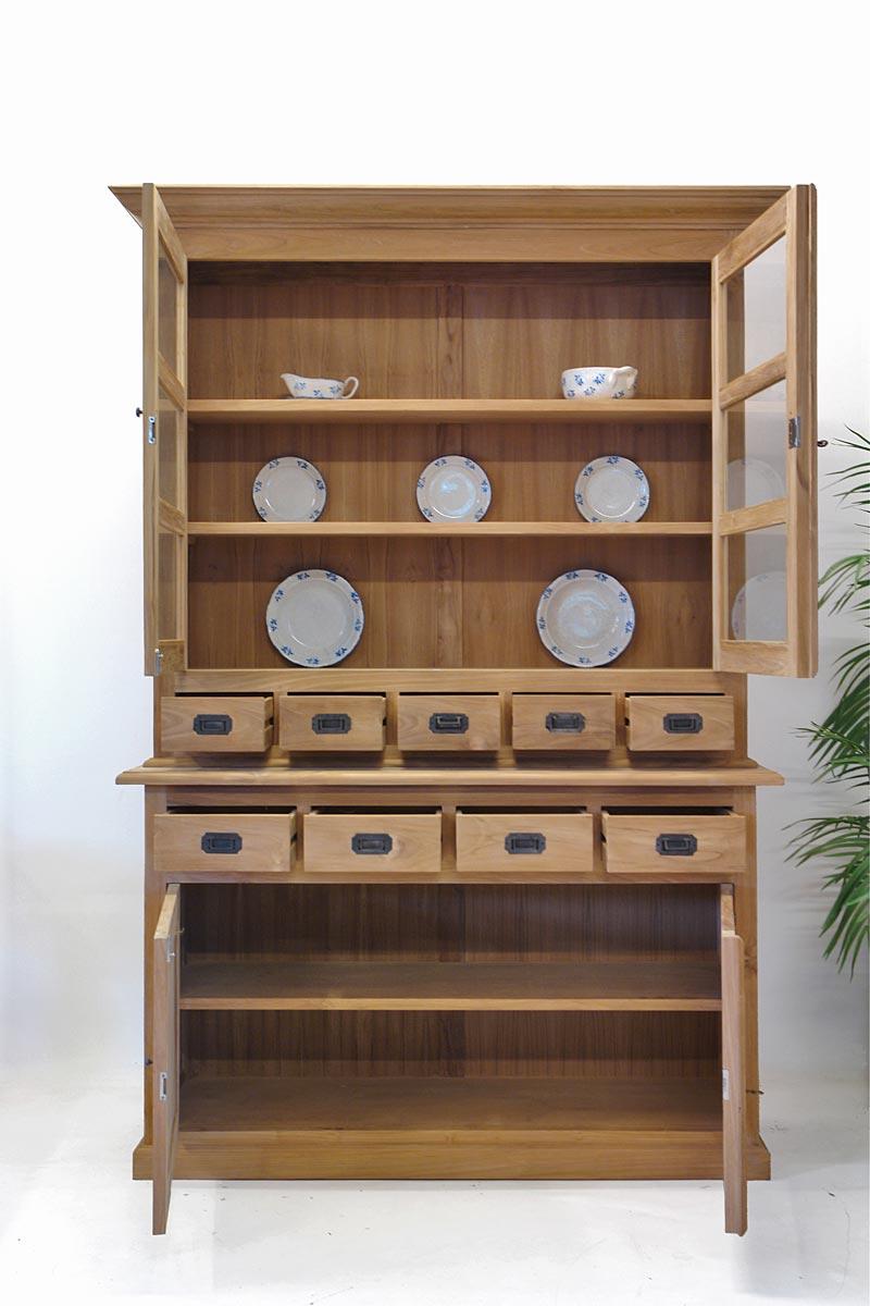 Küchenbuffet mit geöffneten Türen und Schubladen