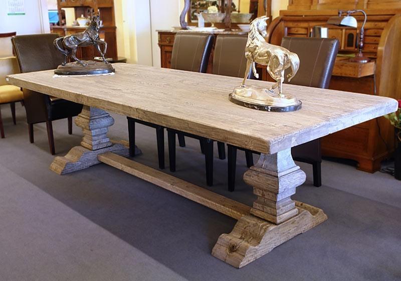 Der Tisch ist aus Massivholz gefertigt