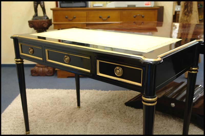 Der Schreibtisch ist aus Mahagoni gefertigt mit schwarz ebonisierter Oberfläche