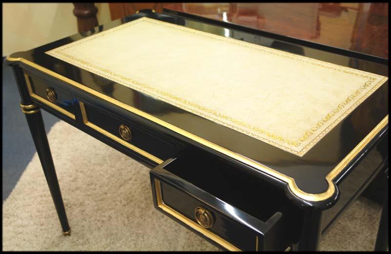 Der Tisch ist mit drei Schubladen ausgestattet