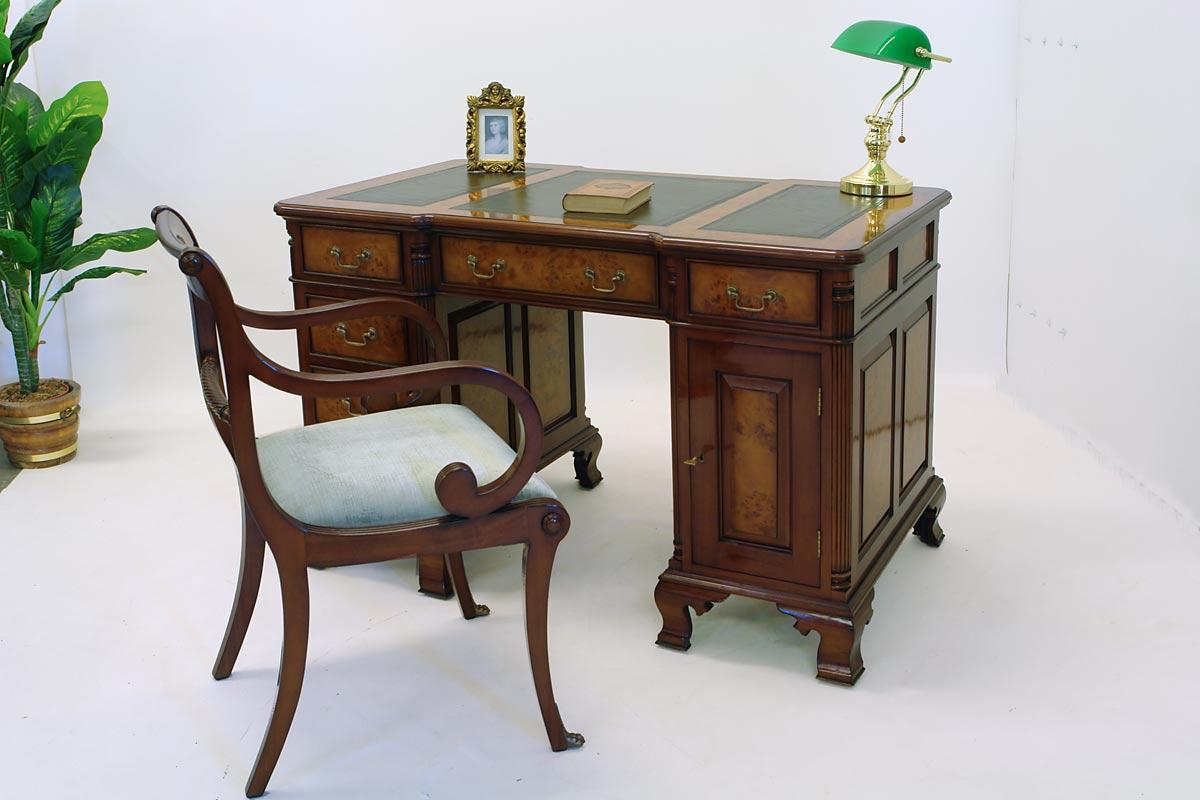 Der Tisch ist aus Nussbaumwurzelholz gefertigt