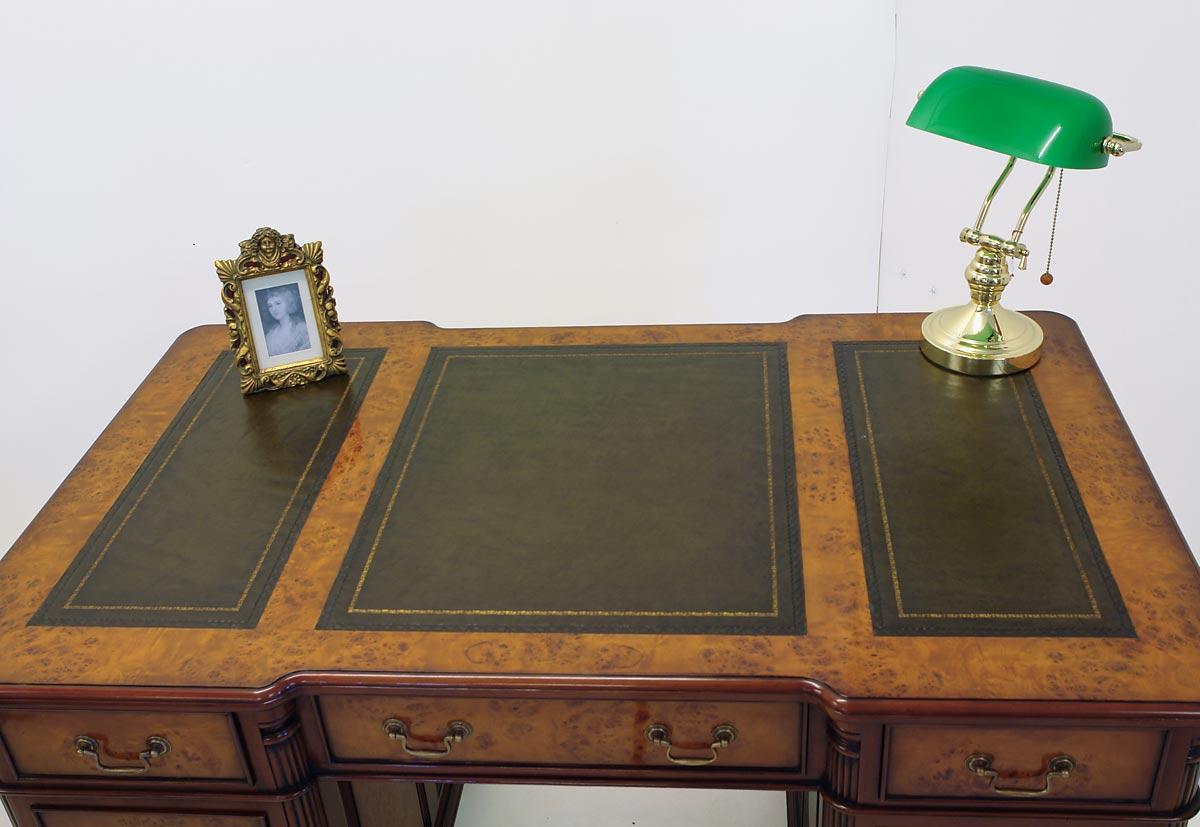 Die Tischoberfläche ist mit grünem Echtleder bezogen