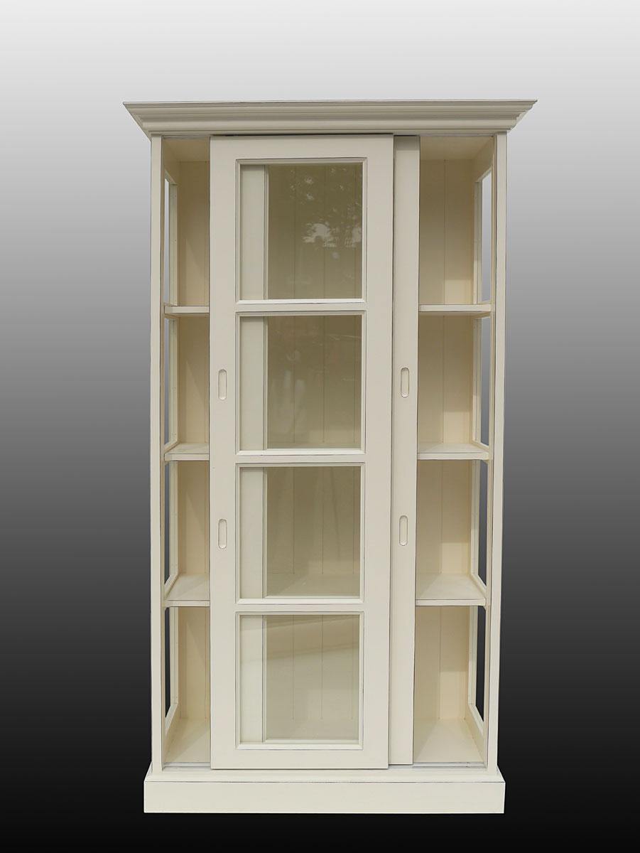 Geöffneter Glasschrank im Inneren mit drei Einlegeböden ausgestattet
