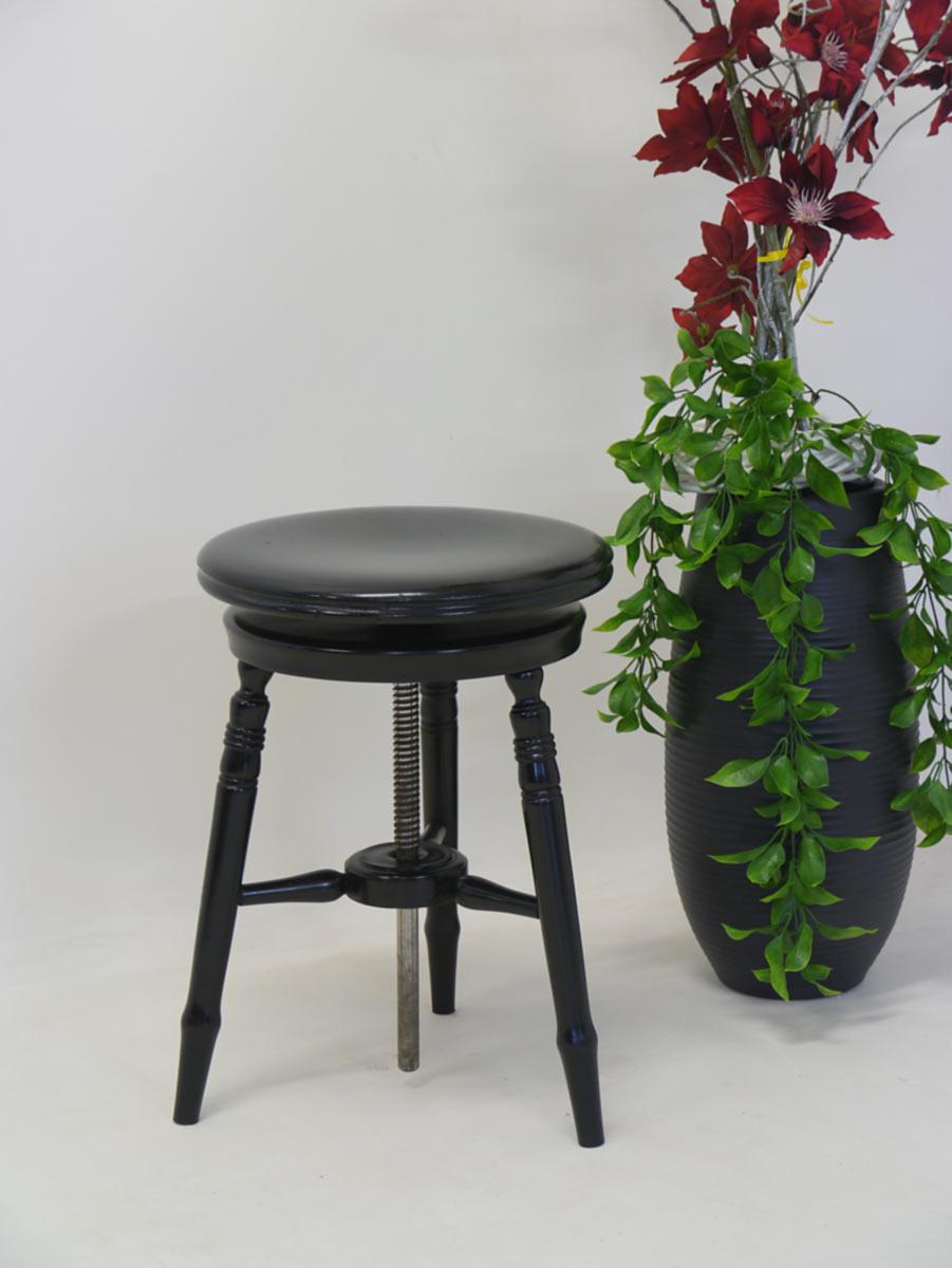 Der Hocker ist aus Massivholz gefertigt und schwarz lackiert