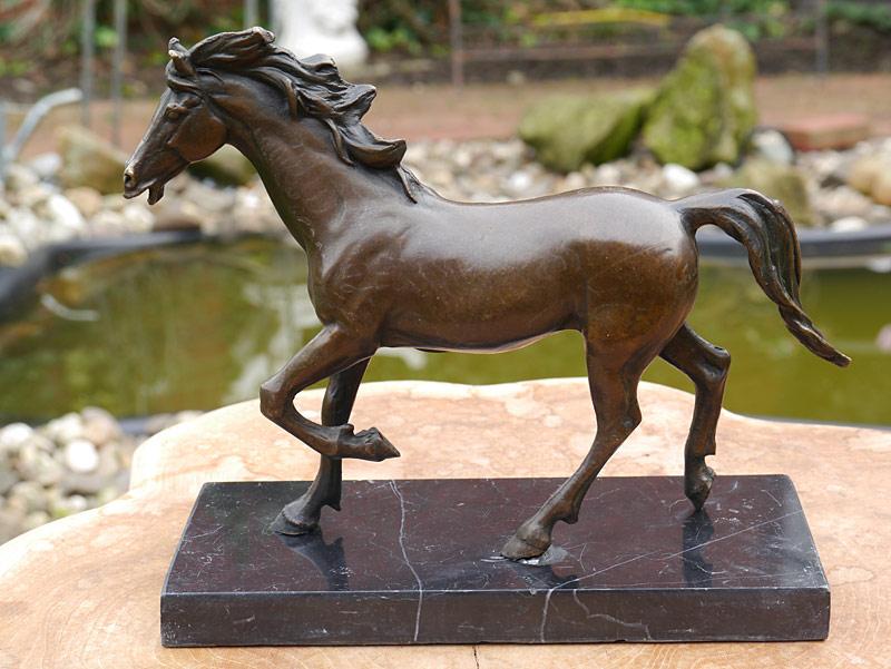 Bronzeskulptur eines stehenden Pferdes