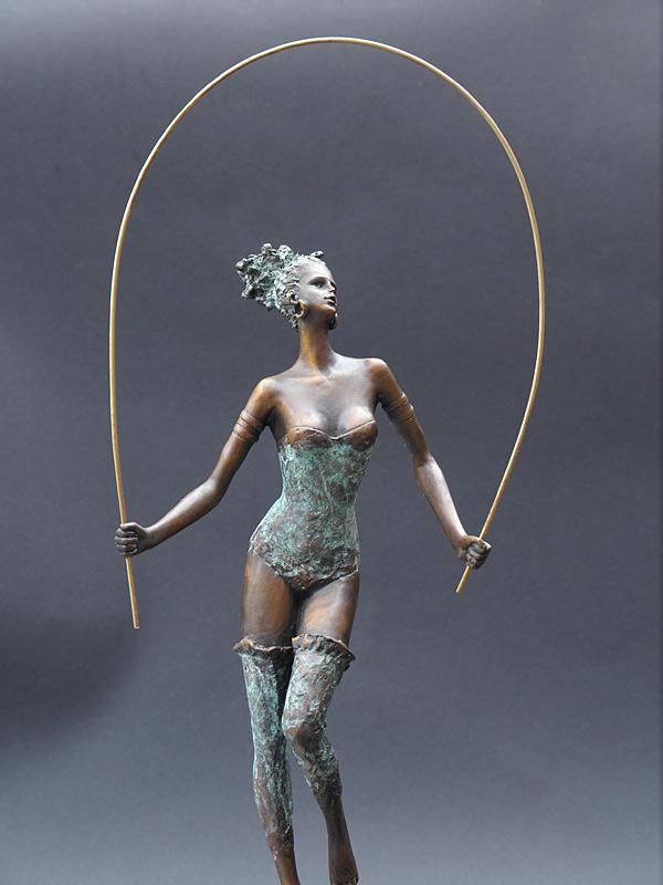 Kleinste Details des Körpers  sind in Bronze gegossen, fast wie lebendig