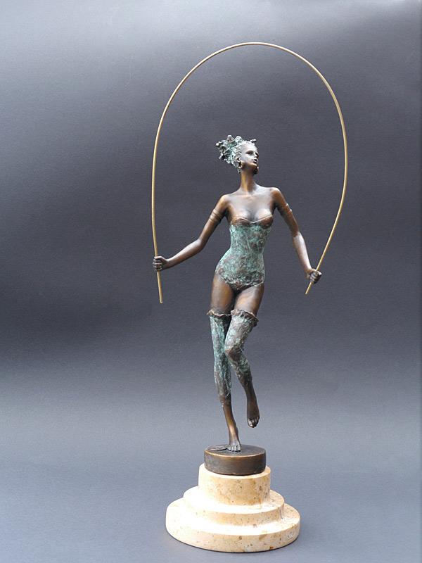 Wunderschöne Skulptur einer Frau aus Bronze gegossen