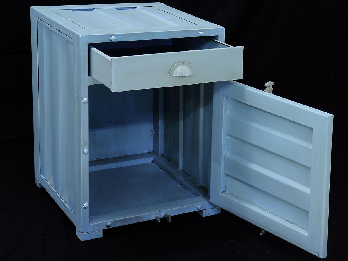 Der Schrank ist mit einer Schublade und einer Tür ausgestattet