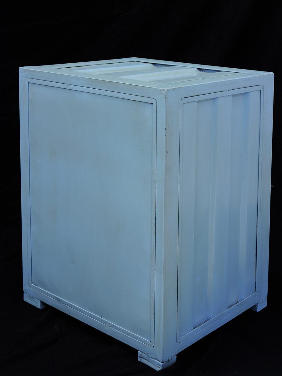 Der Container ist aus Metal gefertigt