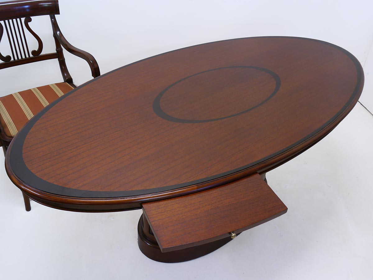 Der Tisch ist aus teilmassivem und teilfurniertem Mahagoni gefertigt
