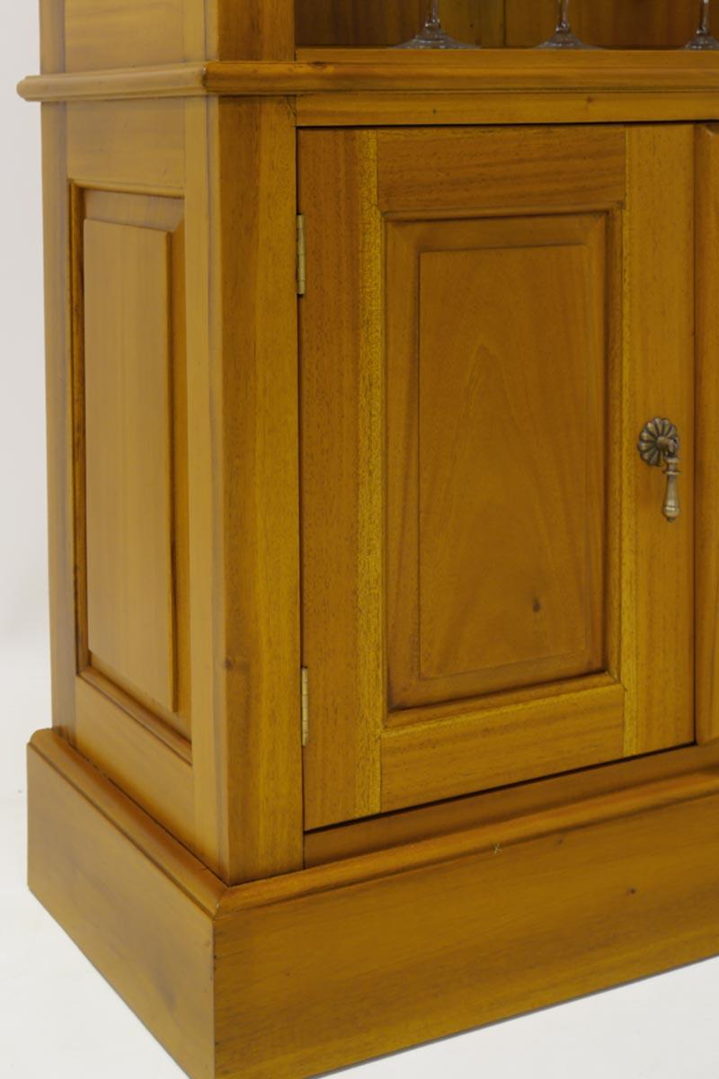 Detailfoto von der profilierten Türen und Seitenteilen