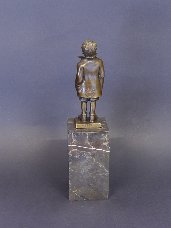 Die Skulptur ist in Bronze gegossen