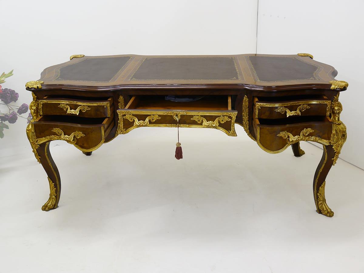 Der Tisch ist mit fünf Schubladen ausgestattet