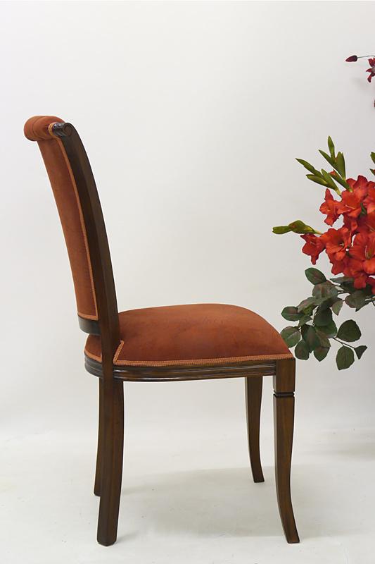 Seitliche Ansicht vom Stuhl im Mahagonifarbton