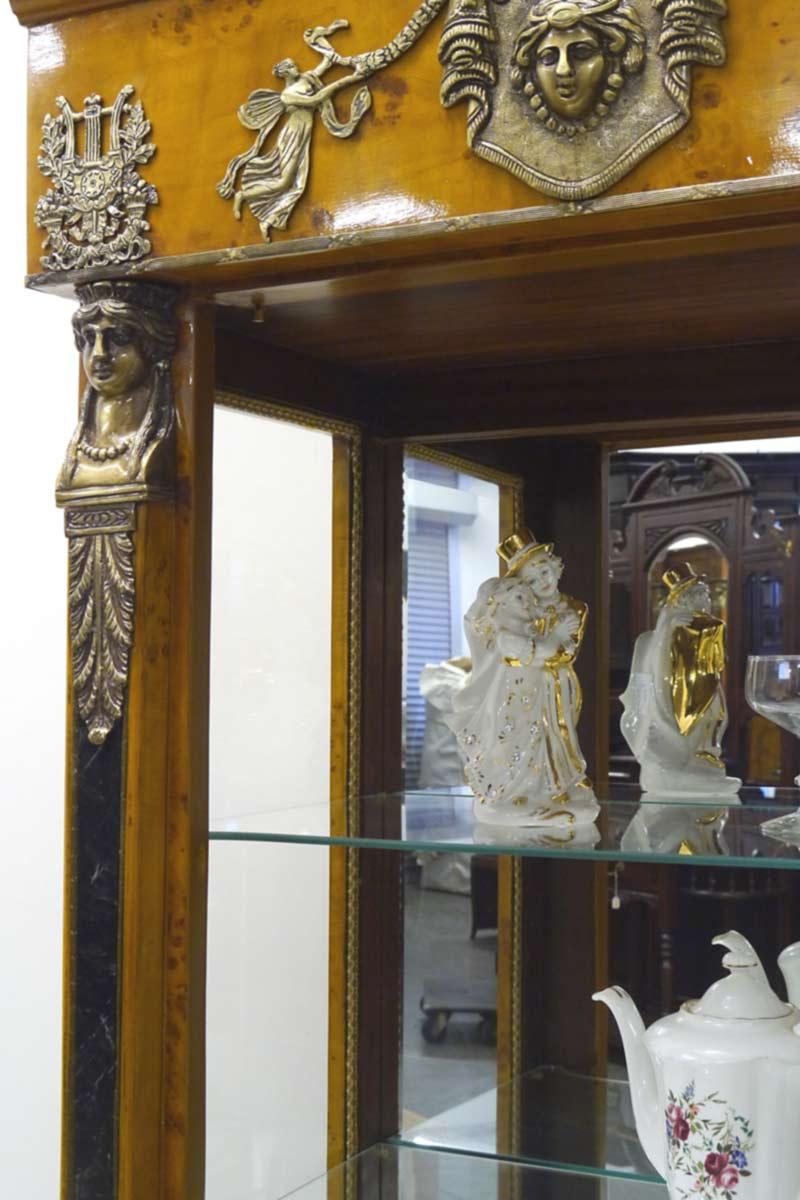 Direktaufnahme vom Glasschrank vom Inneren mit den Spiegelwänden