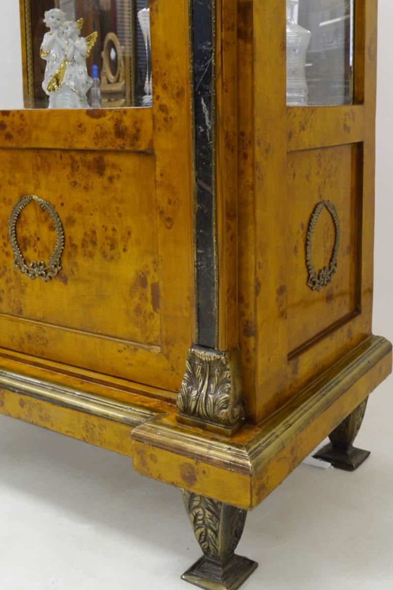 Detailansicht der Messingfüße vom Bücherschrank