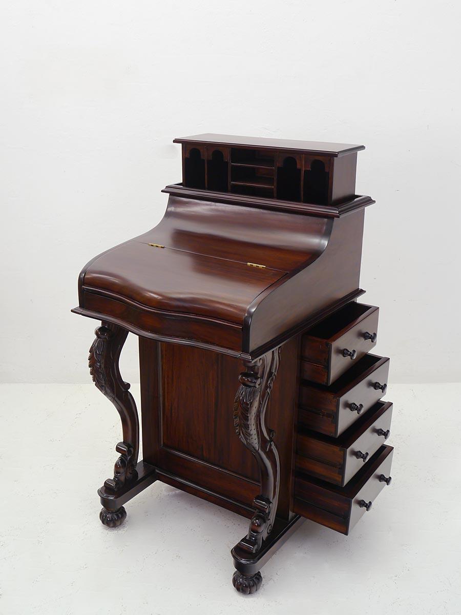 Schreibschrank mit geöffneten Schubalden und Geheimfach