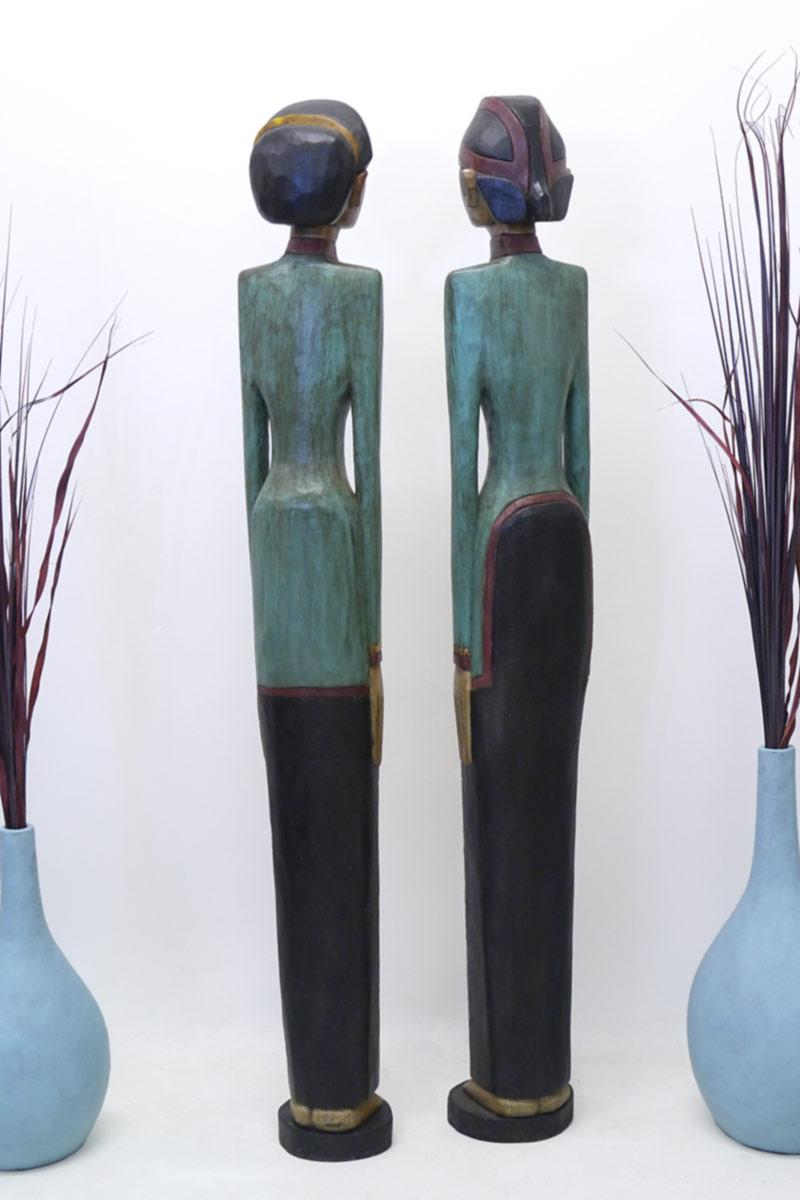 Die zwei Statuen aus Massivholz von hinten
