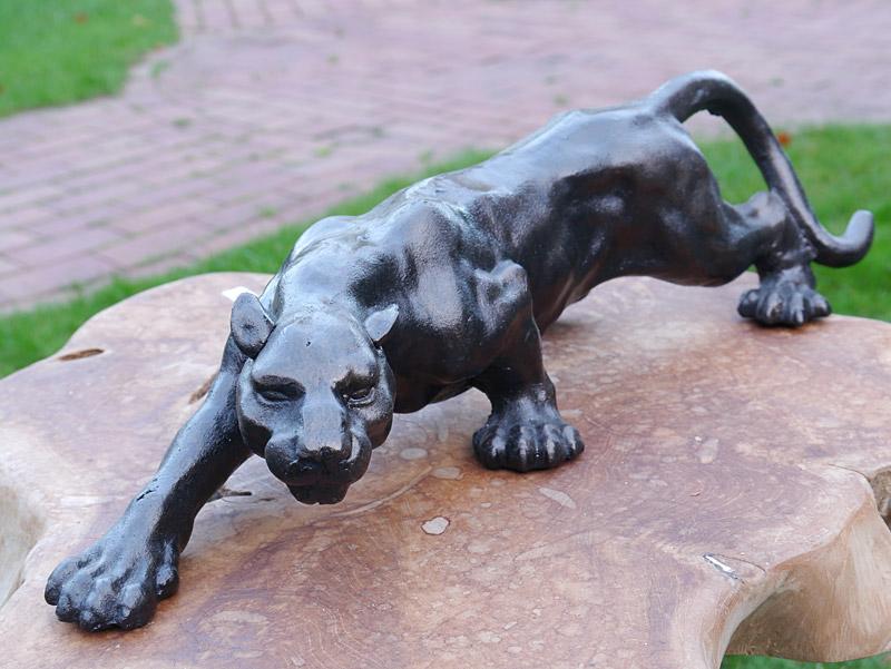 Eisen Figur eines sich anpirschenden Leoparden in Bronzeoptik