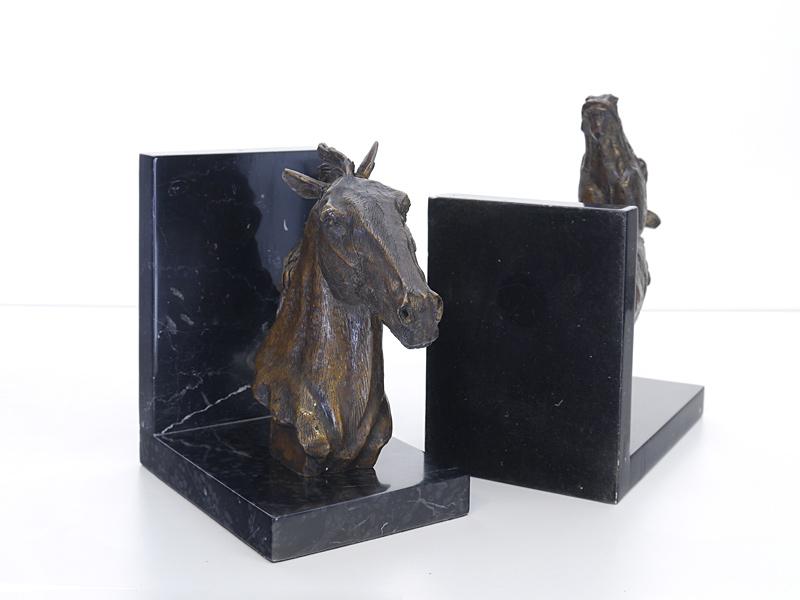 Die Figuren sind in Bronze gegossen