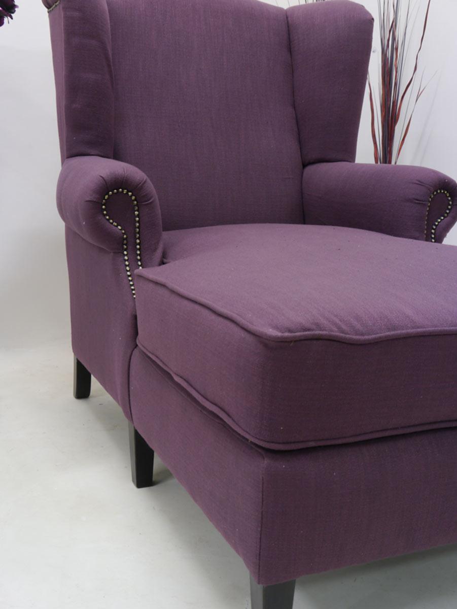 Der Sessel bietet seine lange Sitzfläche eine bequeme Sitzposition an