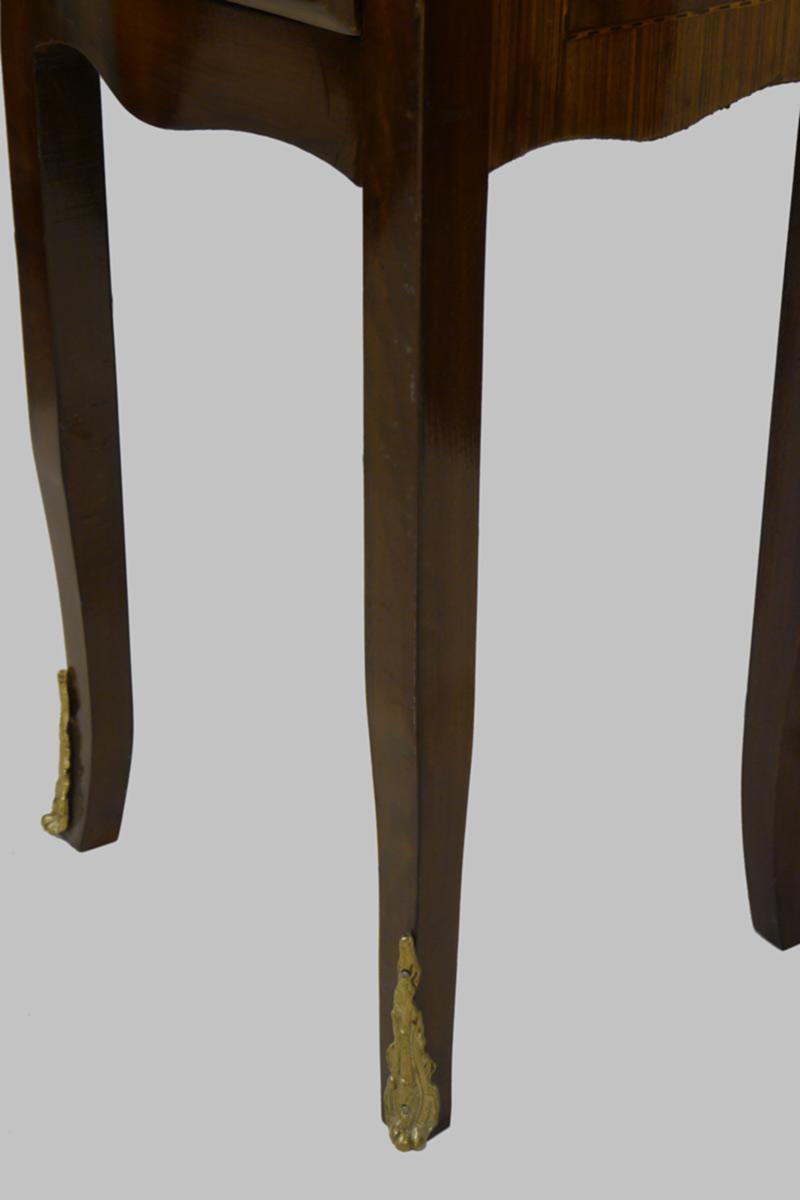 Detailansicht von den Füßen mit seinen Messingapplikationen