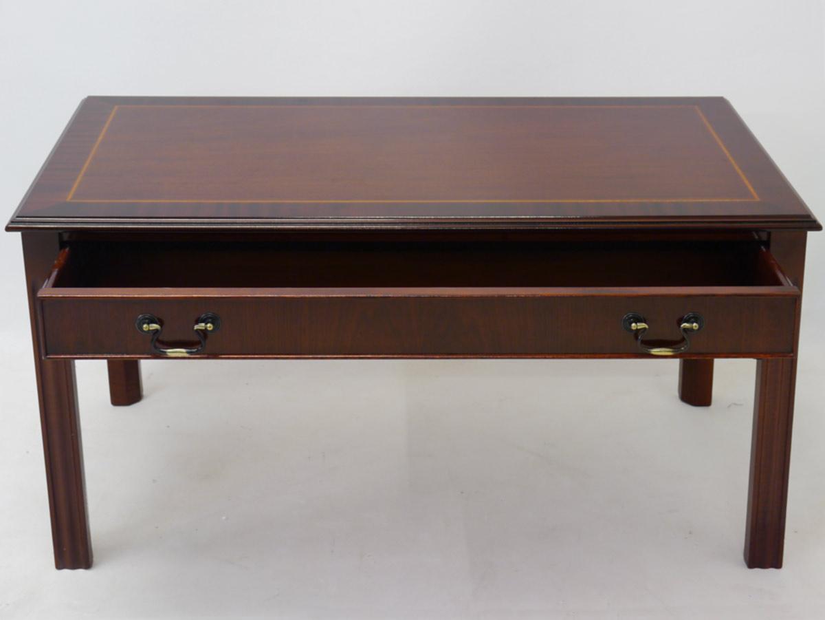 Tisch mit geöffneter Schublade