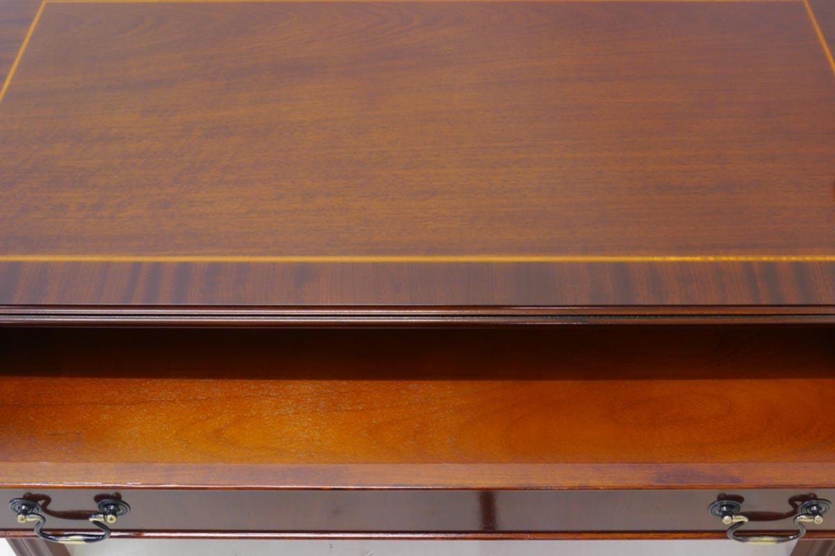 Nahaufnahme der Tischplatte mit den Intarsien