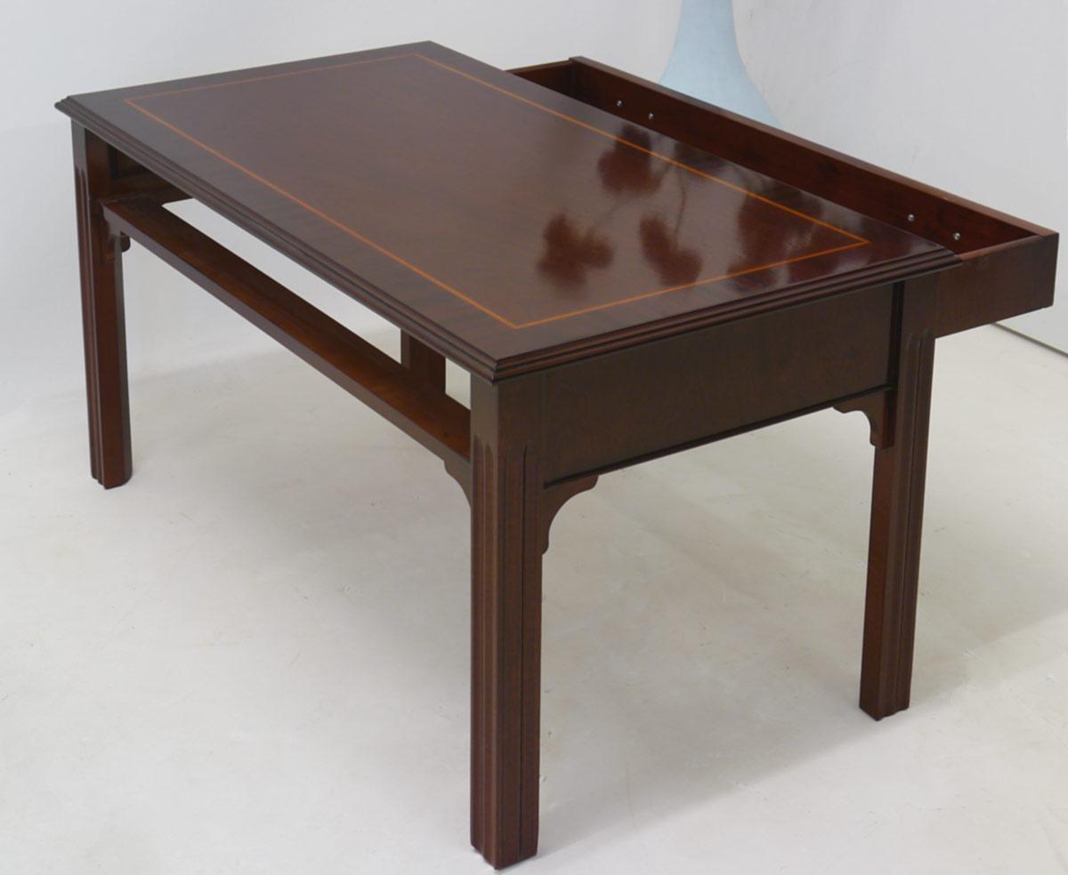 Der Tisch ist mit einer Schublade, die beidseitig zum öffnen ist,  ausgestattet