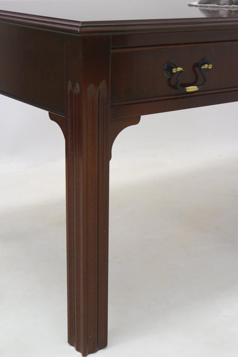 Detailansicht von dem Tischbein vom Wohnzimmertisch