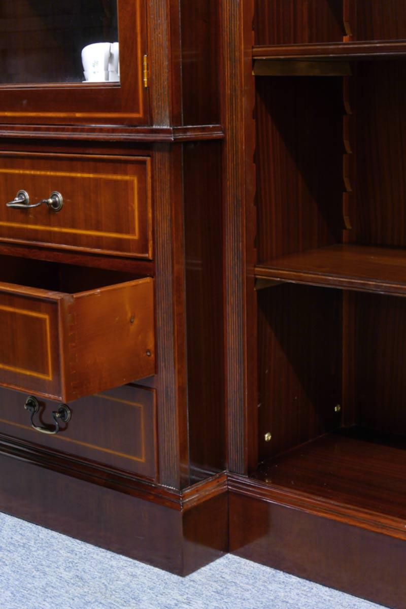 Detailaufnahme von den Schubladen und Regal mit seinen Intarsien