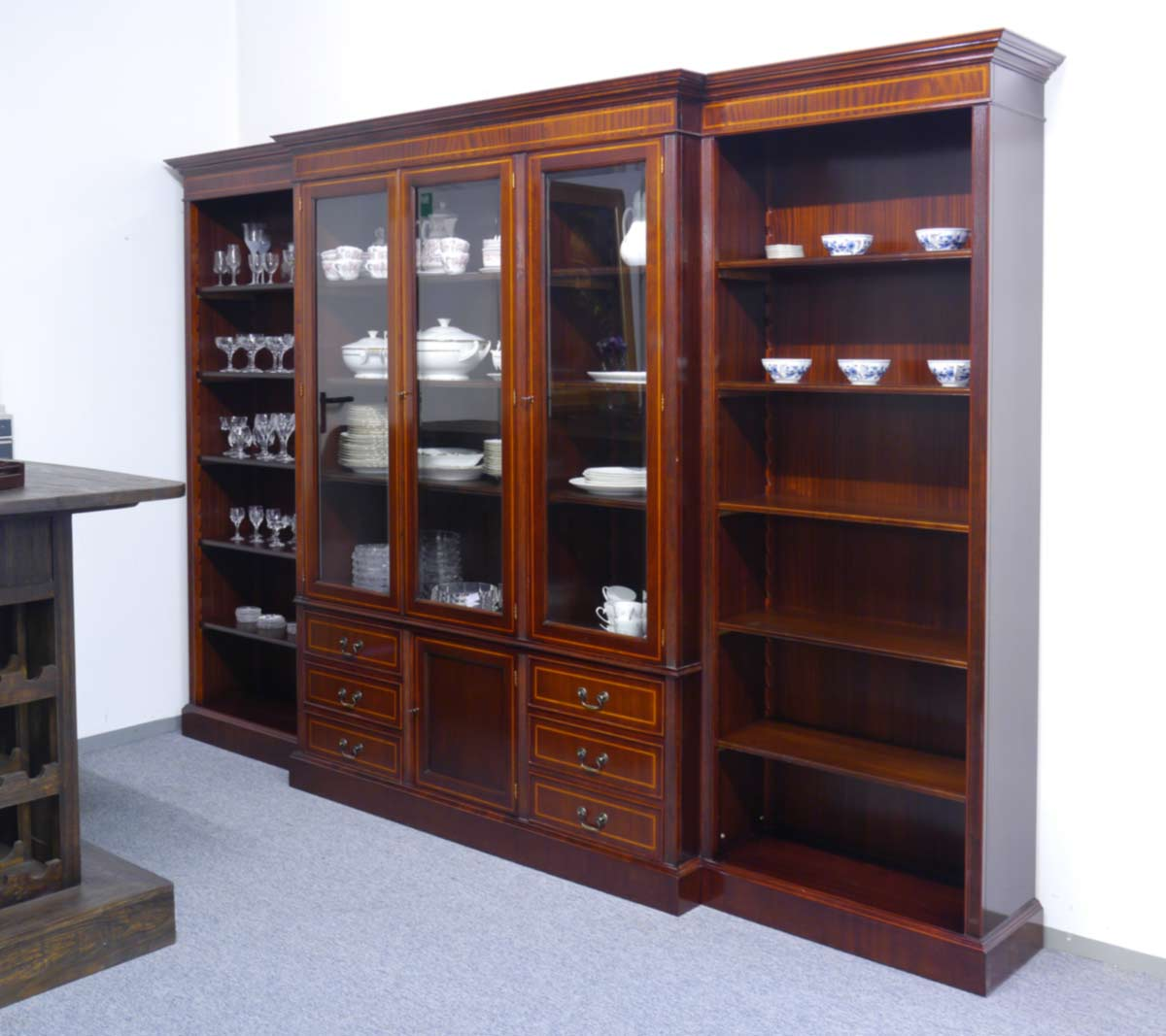 Bücherregal im englischen Stil aus Mahagoni furniert