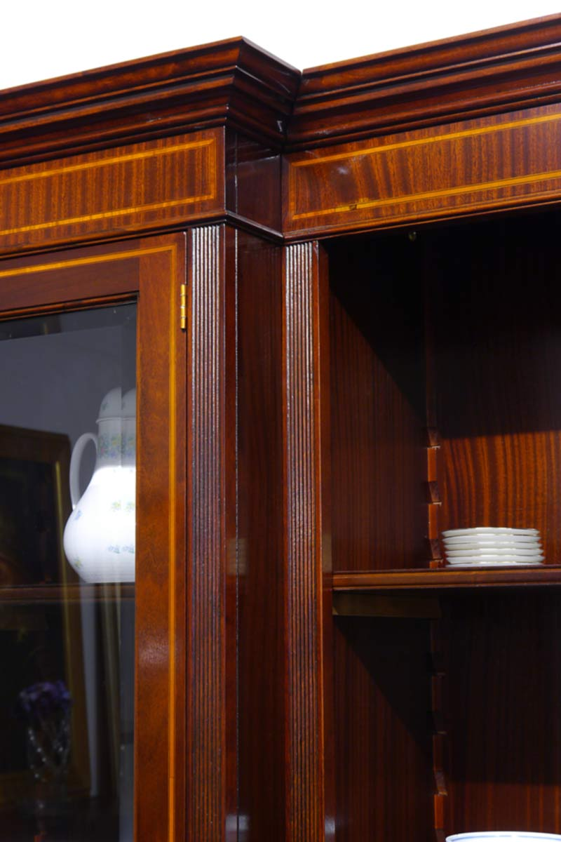 Detailansicht von der Gesimsleiste von der Regalwand