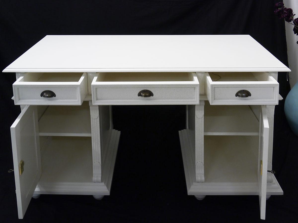 Das Schreibmöbel bietet ausreichen Stauraum für Ihre Utensilien