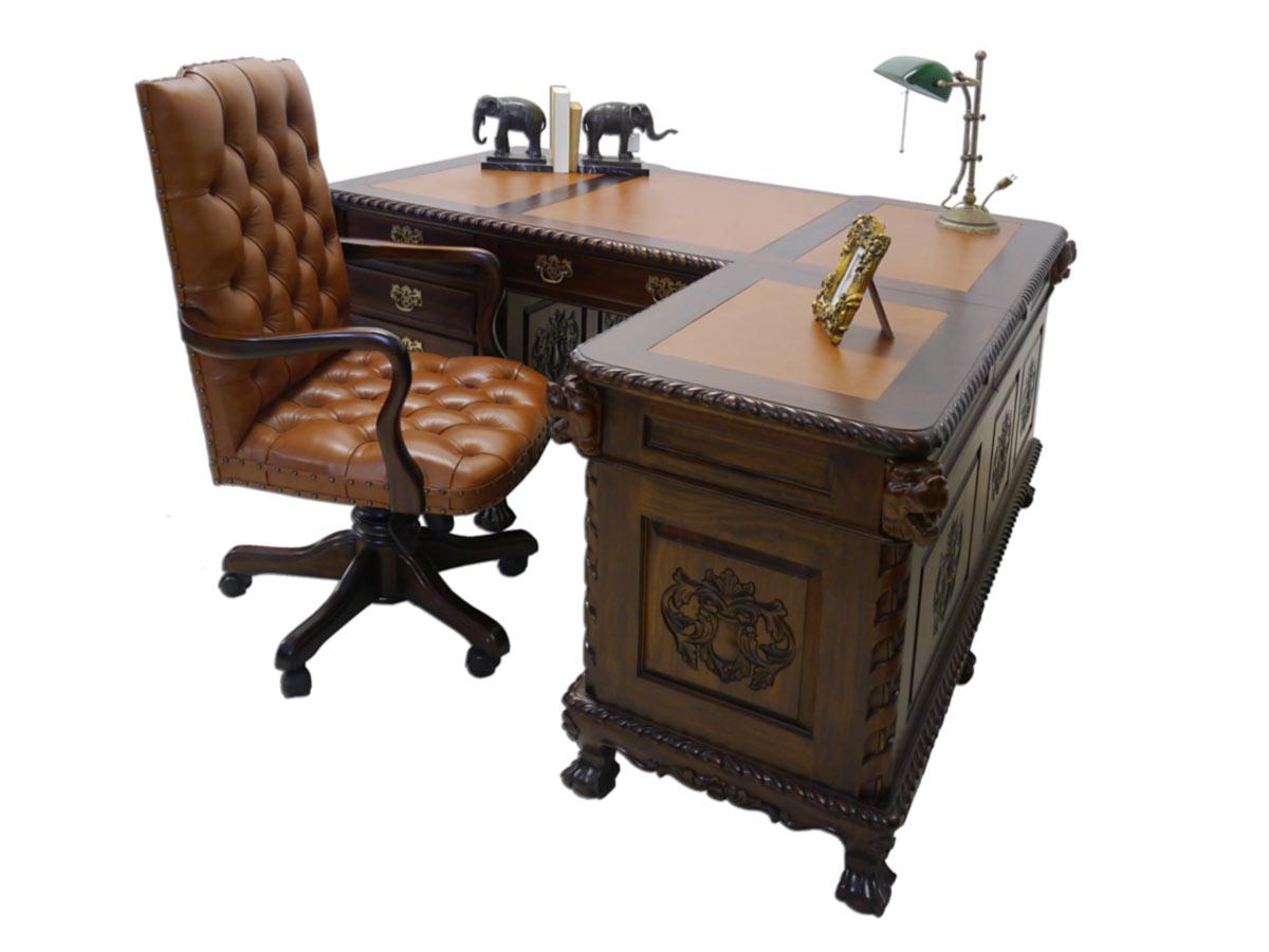 Schreibtisch im antiken Stil über Eck angeordnet