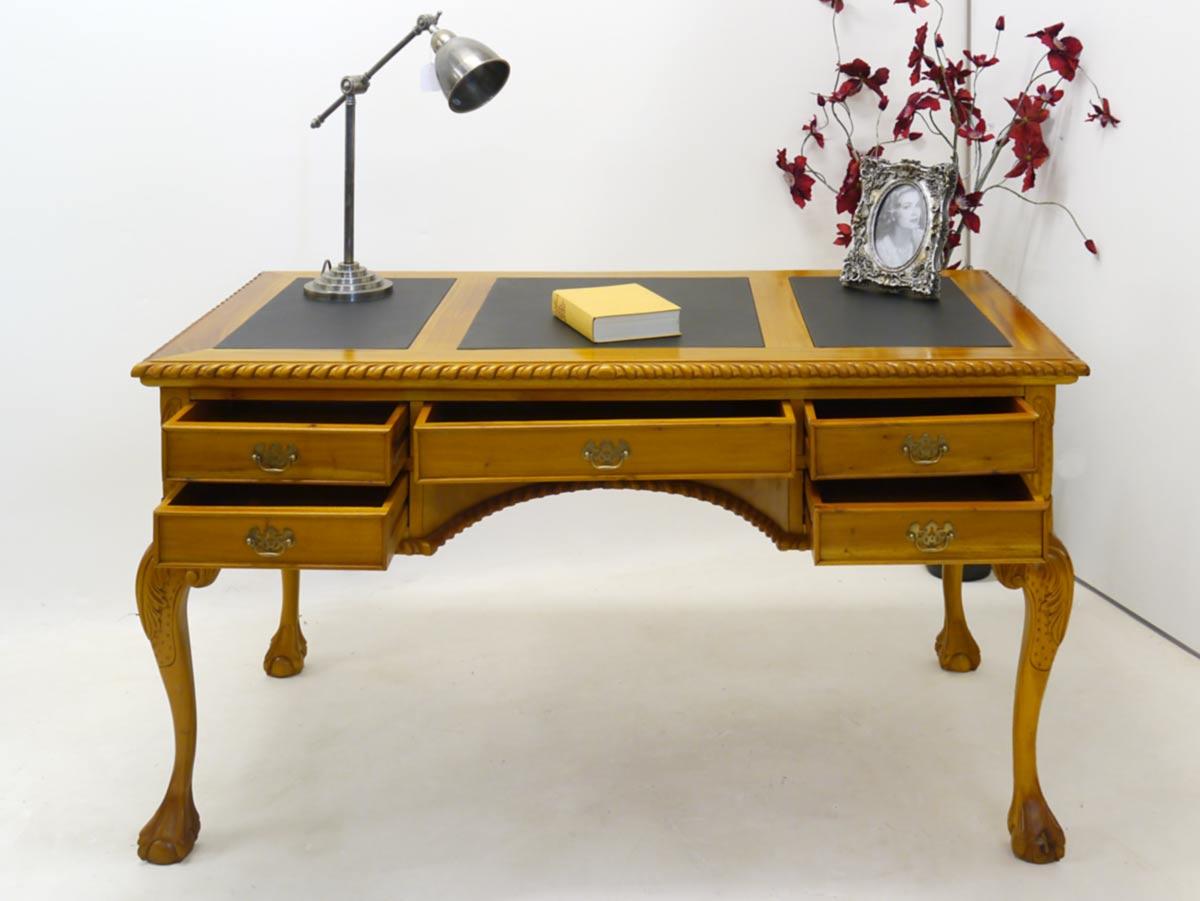 Computertisch mit geöffneten Schubladen