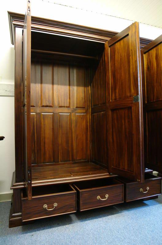 Im Inneren ist der Kleiderschrank mit einer Kleiderstange ausgestattet
