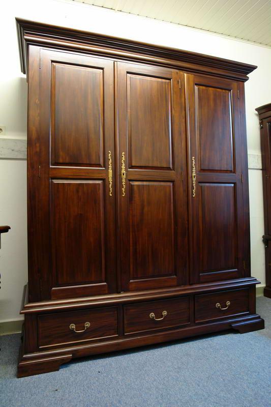 Der Schrank ist im unteren Bereich mit drei Schubladen ausgestattet